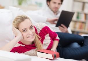 entspanntes paar liest zu hause